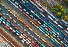 Vista superior de los trenes coloridos del cargo Silueta del hombre de negocios Cowering Fotografía de archivo libre de regalías