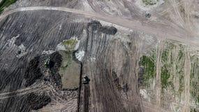 Vista superior de m?quinas de minera??o na mina da pedra calc?ria imagens de stock royalty free