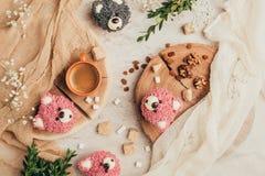 vista superior de magdalenas deliciosas en la forma de osos con el azúcar y las pasas fotos de archivo libres de regalías