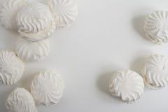 Vista superior de marshmallovs letones - zefiri en el fondo blanco Imagen de archivo