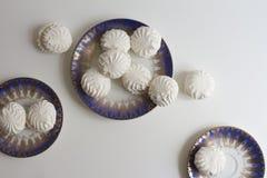 Vista superior de marshmallovs letones - zefiri en las placas de la porcelana en el fondo blanco Fotografía de archivo