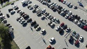 Vista superior de muchos coches personales almacen de metraje de vídeo