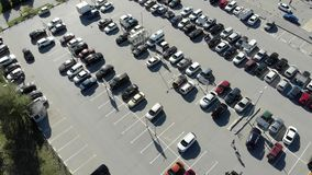 Vista superior de muitos carros pessoais vídeos de arquivo