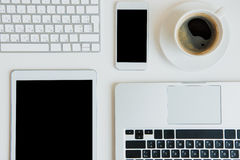 Vista superior de ordenadores portátiles con la tableta y el smartphone digitales en la sobremesa fotos de archivo libres de regalías