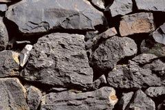 Vista superior de pedras naturais cinzentas grosseiras da origem vulcânica de vários tamanhos e formas fotografia de stock