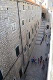 Vista superior de poca calle n la ciudad vieja de Dubrovnik, Croacia Fotografía de archivo