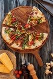 vista superior de rebanadas de pizza en de madera foto de archivo
