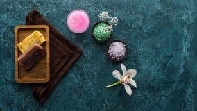 vista superior de sabões feitos a mão da orquídea bonita foto de stock royalty free