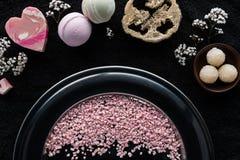 vista superior de sabões feitos a mão e de esponja de sal cor-de-rosa do mar fotos de stock
