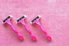 Vista superior de três lâminas de rapagem cor-de-rosa descartáveis fotografia de stock royalty free