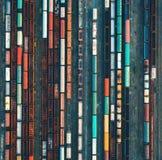 Vista superior de trens coloridos da carga Silhueta do homem de negócio Cowering imagem de stock
