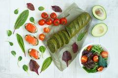 Vista superior de um aperitivo dos salmões com ervas, abacate e salada imagens de stock