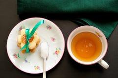 Vista superior de um copo do chá com uma colher de chá de açúcar e de biscoitos Fotografia de Stock