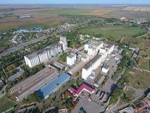 Vista superior de um elevador do silo Objeto industrial de Aerophotographing Imagens de Stock Royalty Free