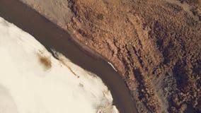 Vista superior de um lago bonito da montanha vídeos de arquivo