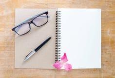 Vista superior de um livro branco colocado em uma mesa de madeira Há pena Imagem de Stock Royalty Free