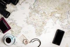 Vista superior de um mapa do mundo para planos de curso com um olhar do vintage fotos de stock royalty free