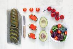 Vista superior de um pão com espinafres, salmões, abacate, e salada fotos de stock royalty free