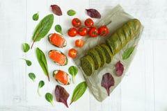 Vista superior de um pão com espinafres, salmões, ervas e tomates foto de stock