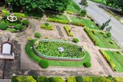 Vista superior de um parque belamente decorado de Tailândia com uma lagoa artificial pequena com lírios de água foto de stock