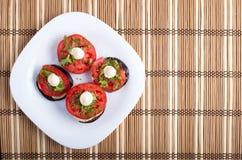 Vista superior de um prato vegetal da beringela e do tomate vermelho Imagens de Stock Royalty Free