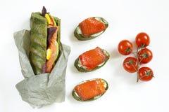 Vista superior de um sanduíche com os tomates dos salmões, do abacate e de cereja Imagem de Stock Royalty Free