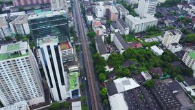 Vista superior de uma cidade global com construções do desenvolvimento, transporte de Hong Kong, infraestrutura do poder da energ filme