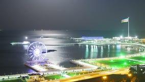 Vista superior de uma cidade grande na noite, Ferris Wheel no fundo do mar e do trajeto lunar Tráfego nas estradas filme