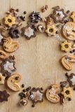 Vista superior de uma cookie do chocolate sob a forma das estrelas e das cookies imagem de stock