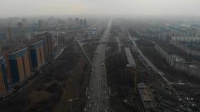Vista superior de uma estrada principal na cidade Moscou, MKAD Vista a?rea 4K vídeos de arquivo