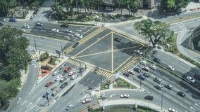 Vista superior de uma interseção e de uma faixa de travessia da cidade com carro Foto de Stock Royalty Free