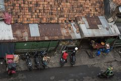 Vista superior de uma rua com os telhados das casas em Jakarta, Indonésia fotografia de stock