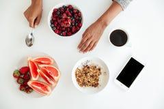 Vista superior de uma tabela com as placas com alimento de conveniência fotografia de stock