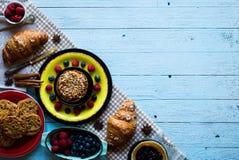 Vista superior de uma tabela de madeira completamente dos bolos, frutos, café, biscoitos foto de stock