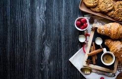 Vista superior de uma tabela de madeira completamente dos bolos, frutos, café, biscoitos imagens de stock