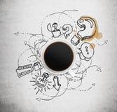 Vista superior de uma xícara de café e ícones pretos do negócio com ponto de interrogação no fundo concreto Foto de Stock Royalty Free