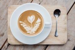 Vista superior de uma xícara de café em uma tabela de madeira Imagens de Stock Royalty Free