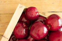 Vista superior de un cajón con las manzanas rojas fotografía de archivo