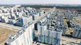 Vista superior de un complejo residencial moderno con los nuevos edificios cantidad Complejo de los edificios residenciales del a almacen de metraje de vídeo