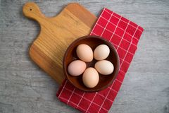 Vista superior de un cuenco de huevos marrones libres de la jaula listos para una receta Fotos de archivo libres de regalías
