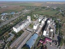 Vista superior de un elevador del silo Objeto industrial de Aerophotographing Foto de archivo libre de regalías