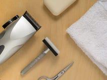 Vista superior de un equipo que afeita, jabón y tijeras que mienten en una superficie de madera con una toalla blanca Imagen de archivo libre de regalías