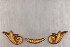 Vista superior de un estuco lujoso del oro en un fondo de plata fotos de archivo