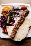 Vista superior de un kebab delicioso de Adana imagen de archivo