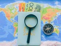 Vista superior de un mapa y de art?culos, planeando un viaje o una aventura D?lares de fondo del dinero Pluma, lentes y gr?ficos imagenes de archivo