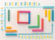 Vista superior de un modelo geométrico lindo hecho del ` colorido s del niño más allá Imágenes de archivo libres de regalías