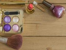 Vista superior de un pequeño sistema de cosméticos del ` s de las mujeres Imágenes de archivo libres de regalías