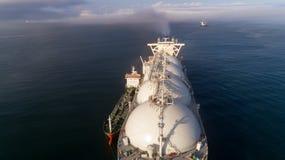 Vista superior de un petrolero grande del GASERO y de un petrolero que se colocan de lado a lado Imagen de archivo