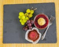 Vista superior de un postre dulce de la fresa en un tarro con un mollete Imagen de archivo
