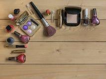 Vista superior de un sistema de cosméticos del ` s de las mujeres en una tabla de madera Lugar para el texto Imágenes de archivo libres de regalías